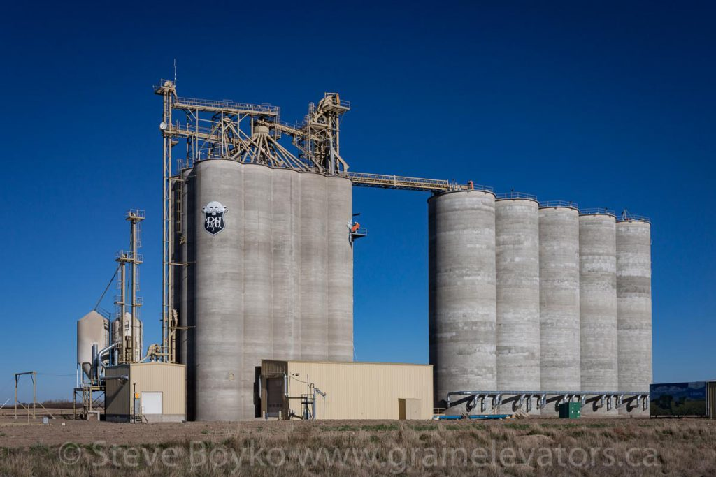 Parrish & Heimbecker grain elevator at Bow Island, AB, October 2015