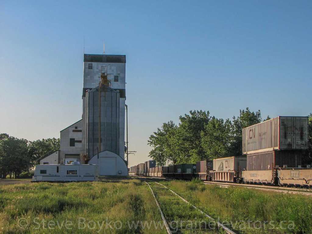 Oakville, MB grain elevator, June 2009. Contributed by Steve Boyko.