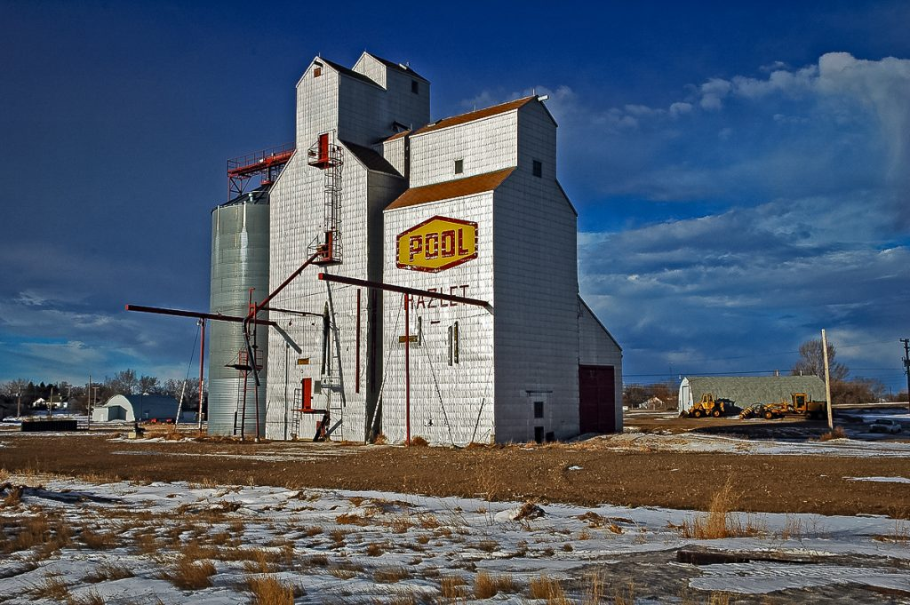 Ex Saskatchewan Wheat Pool grain elevator in Hazlet, SK, Jan 2007. Copyright by Gary Rich.