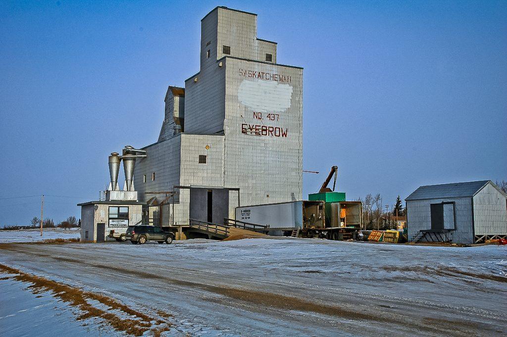 A former Saskatchewan Wheat Pool grain elevator in Eyebrow, SK, Jan 2007. Copyright by Gary Rich.