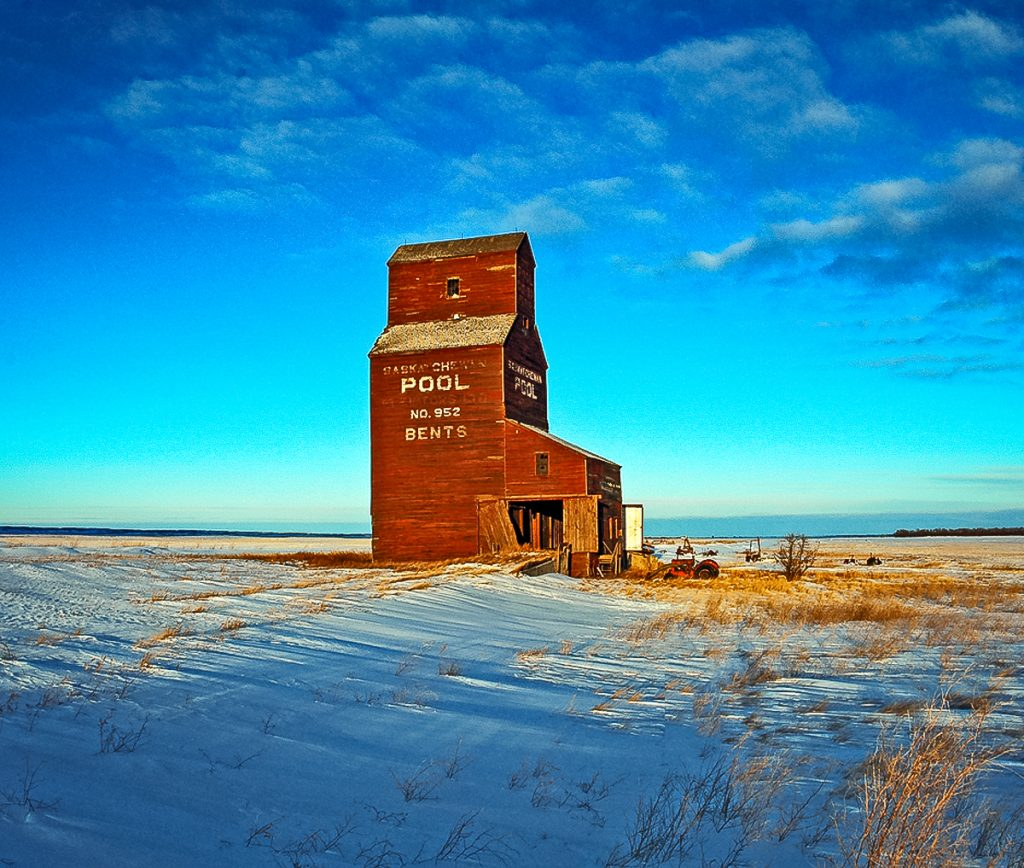 The grain elevator in Bents, SK, Jan 2007. Copyright by Gary Rich.